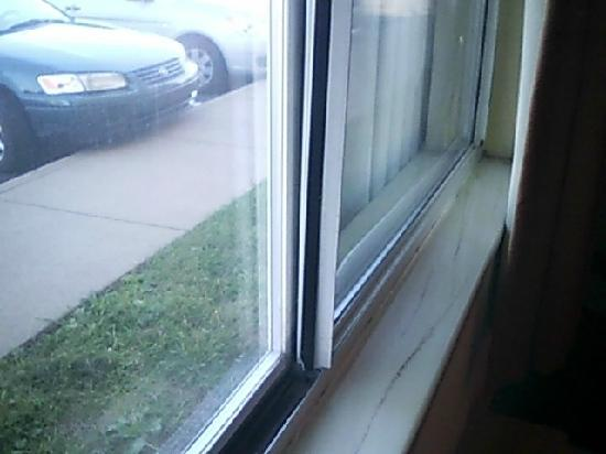 Days Inn Milan/Cedar Point South: busted window again