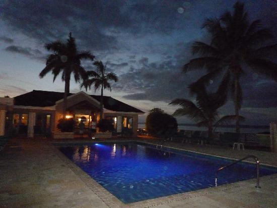 Coyaba Beach Resort: Pool by night