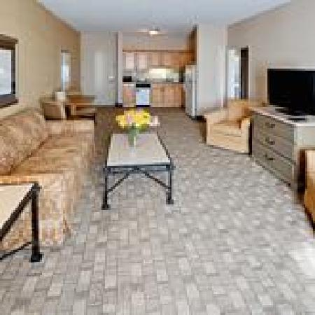 Hawthorn Suites by Wyndham Conyers: Hotel Suite Living Room