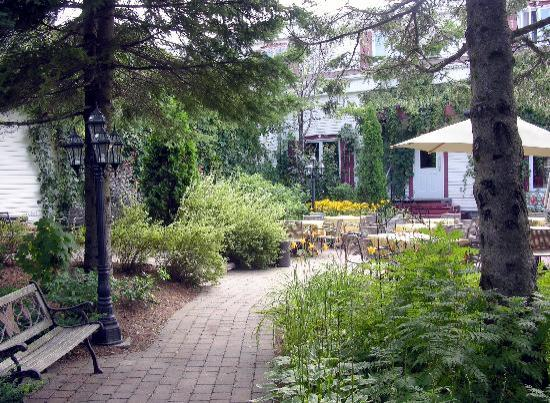 Le patio avant picture of auberge le flores grand mere for Auberge autre jardin quebec city
