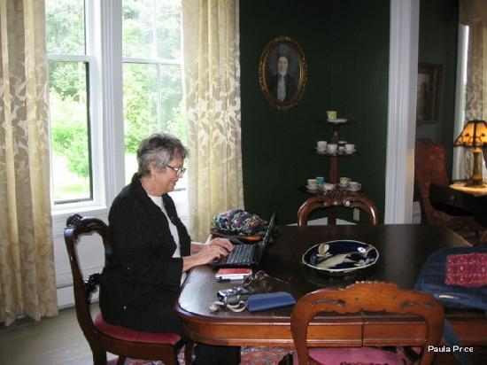 Hillsdale House Inn: Wi-Fi at work in the parlour