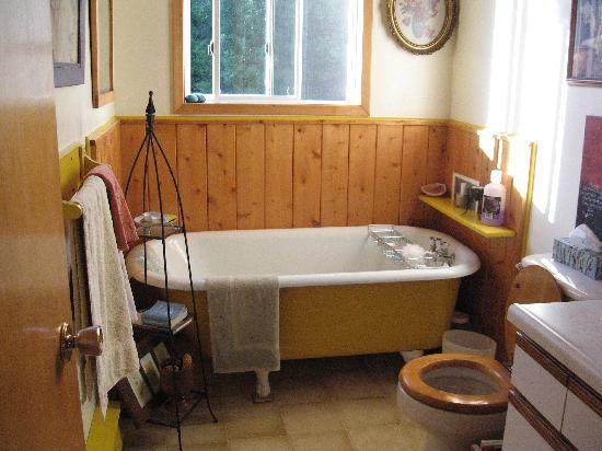 The Garlic Patch Bed &amp; Breakfast: Shared bathroom #1