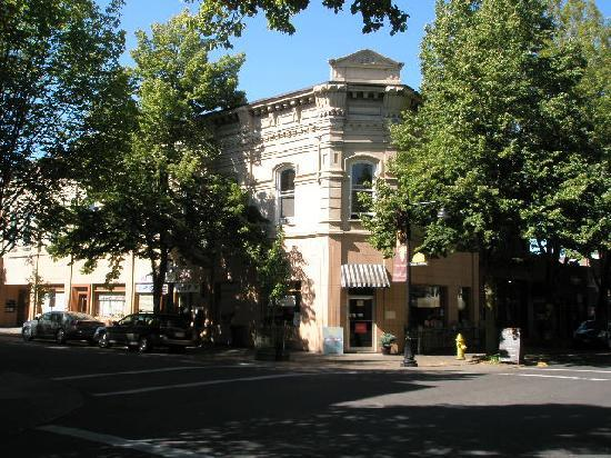McMinnville, Орегон: Building exterior - flats are on the 2nd floor