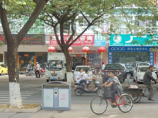 Sanya Raintree Backpacker Hostel: Entrance to Hostel is hard to see from the street!!
