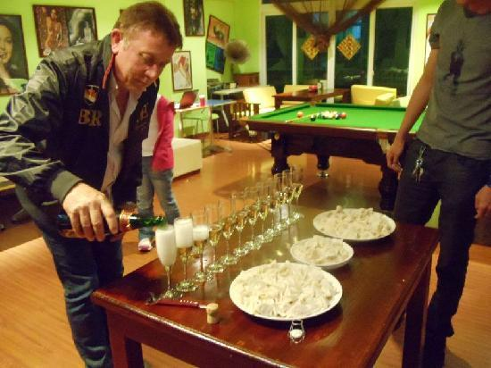 Sanya Raintree Backpacker Hostel: Chinese NY and french champagne!!