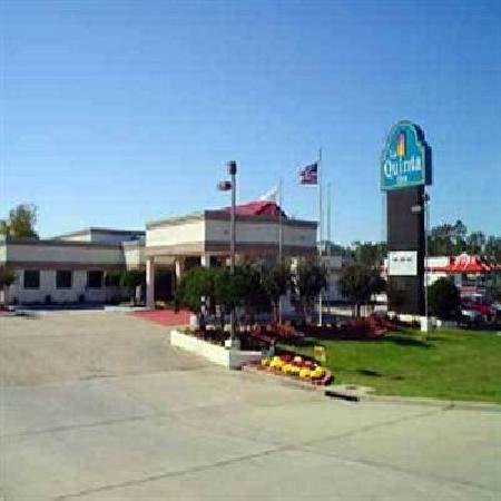 La Quinta Inn Hattiesburg: Standing on the road