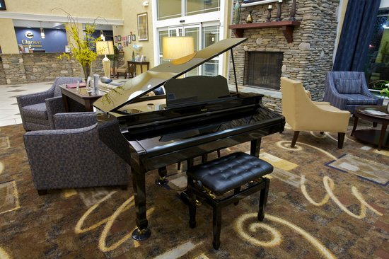 Clarion Inn: Lobby Piano