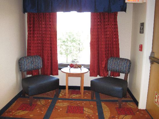 Hampton Inn Columbia: relaxing spot by the elevators