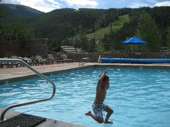 River Run Village: Pool outside Dakota Lodge.