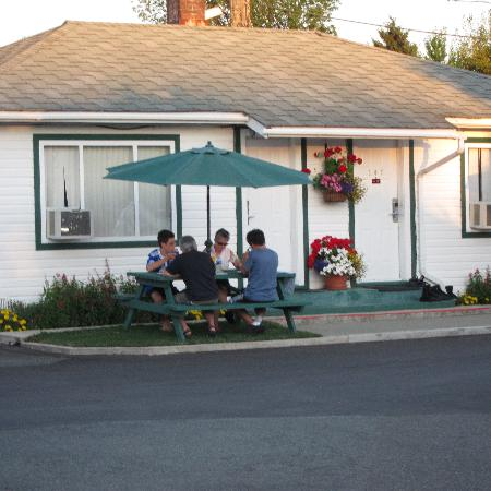 ‪‪Somass Motel & RV‬: A special touch-- picnic tables for enjoying the beautiful weather‬