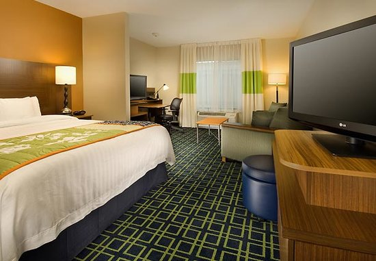 Fairfield Inn & Suites Baltimore BWI Airport : Our space king bed guest rooms