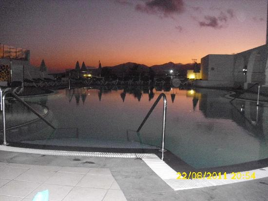 Aparthotel Blue Sea Los Fiscos: The pool at sunset