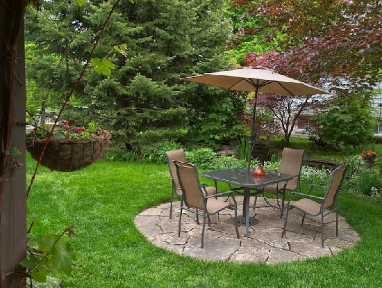 Cedar Gables Bed and Breakfast: Backyard patio