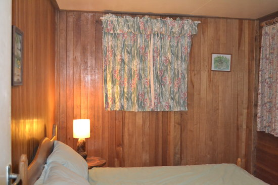 Possum Valley Rainforest Cottages: Bedroom. NOTE the green tinge on bedding and curtains is mildew