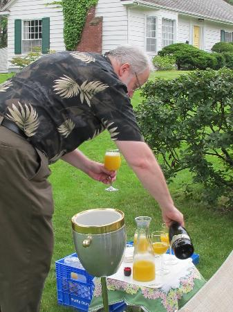Elmwood Heritage Inn: Jay serving mimosas for the parade