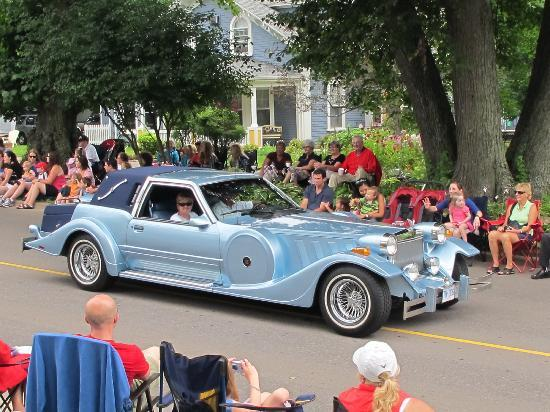 Elmwood Heritage Inn: Old Home Week Parade