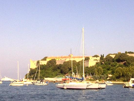 Biot, Frankreich: View of Isle de St. Marguerite from transfer boat