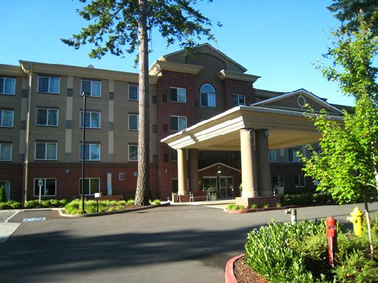 Holiday Inn Express Hotel &amp; Suites Lacey: Exterior of hotel from parking lot
