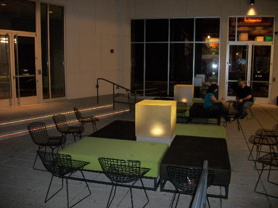 Aloft Milwaukee Downtown: Courtyard sitting area at night