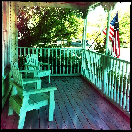 English Tea Garden Inn: Front porch