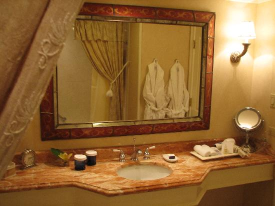 Delamar Greenwich Harbor Hotel: Bathroom in our room