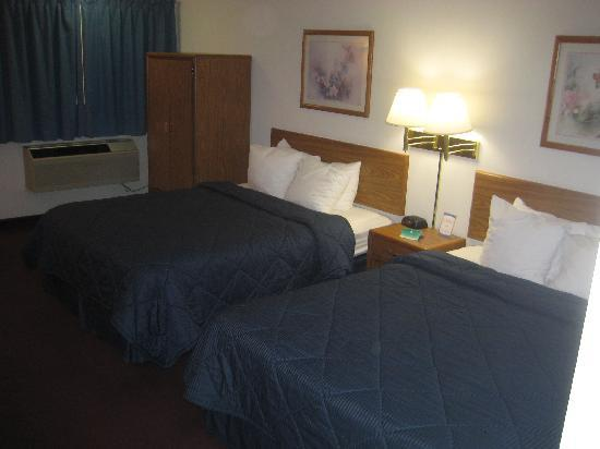 Quality Inn: Note the cheap credenza next to the bed...supposed to make up for lack of closet rack