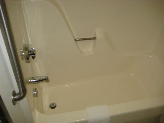 Quality Inn: Cheap tub presentation