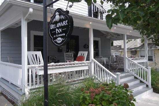 Delaware Inn at Rehoboth: Great location, comfy porch