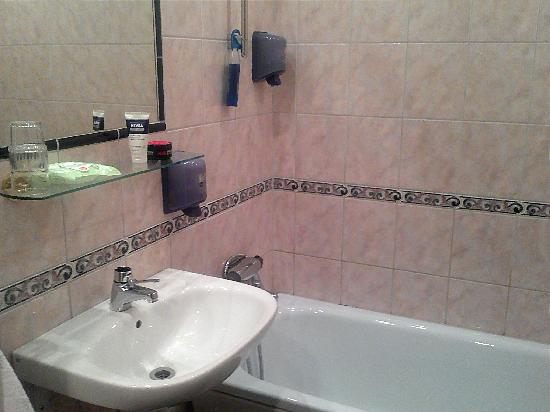 Alexandra Hotel: Bathroom, basic, but clean and functional.