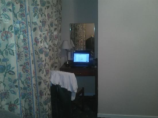 Alexandra Hotel: Small desk space.