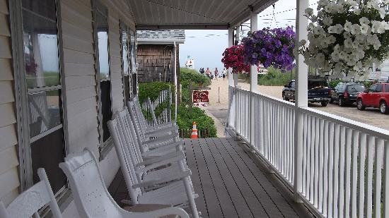 The Ocean Tripp Inn: Porch with ocean breeze