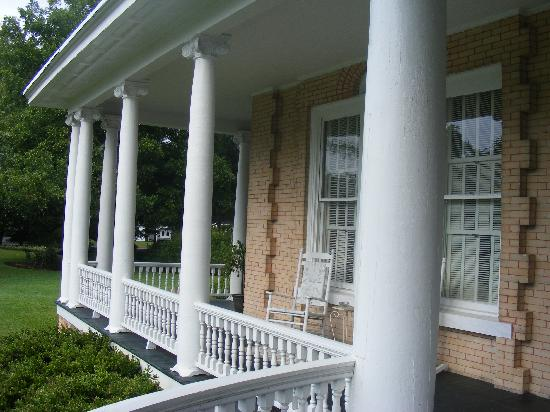 Abingdon Manor Inn and Restaurant Dillon: Porches