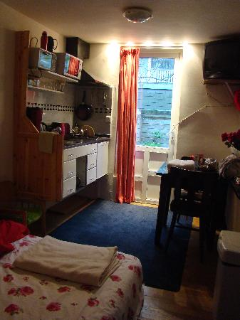 Annette's B&B: Room Laurean - kitchen area