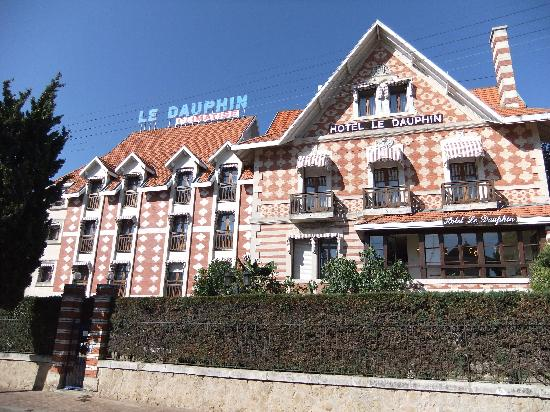 Hotel Le Dauphin: Side view of hotel