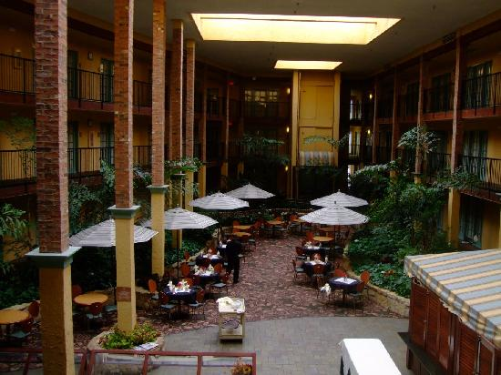 Embassy Suites Lubbock: Indoor Atrium Restaurant