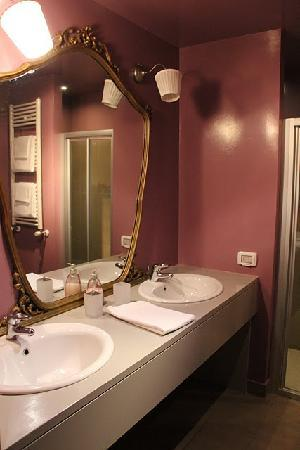 N4U Guest House: The bathroom
