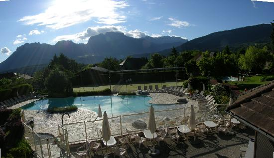 Residence hoteliere spa Les Chataigniers: view at the pool