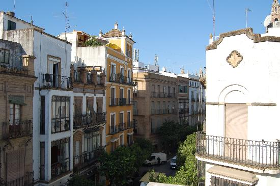 Sevilla Inn Backpackers : View from roof terrace - the road leads just to the cathedral 