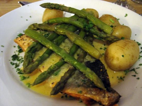 The Old Inn: Salmon with hollandaise and asparagus