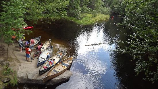 Huntsville, Kanada: Ride a canoe right up to the falls...