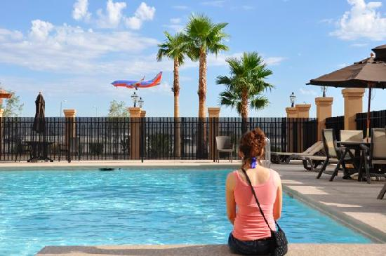 La Quinta Inn & Suites Las Vegas Airport South: The pool - nice and cool!