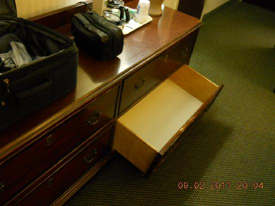 Comfort Inn & Suites Fredericksburg: BROKEN FURNITURE