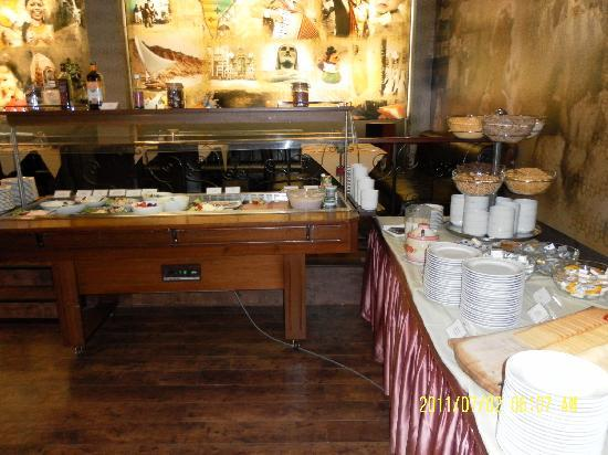 Hotel Erzsebet City Center: Breakfast bar (other side)