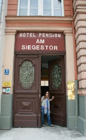Hotel Pension Am Siegestor: Front Entrance of the Pension; very large, very heavy, old door ^.^