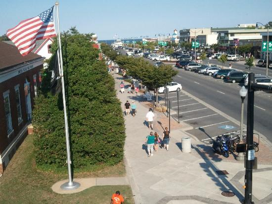Sandcastle Motel: View of Rehoboth Avenue from the rooftop patio