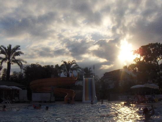 Camyuva, Turqua: Sunset on the pool - Asdem beach hotel