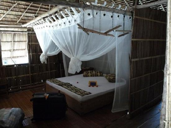 Kri Eco Resort: Bungalow inside. Bedroom with double bed.