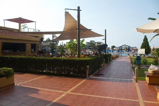 Jounieh, Líbano: Restaurant beside the pool