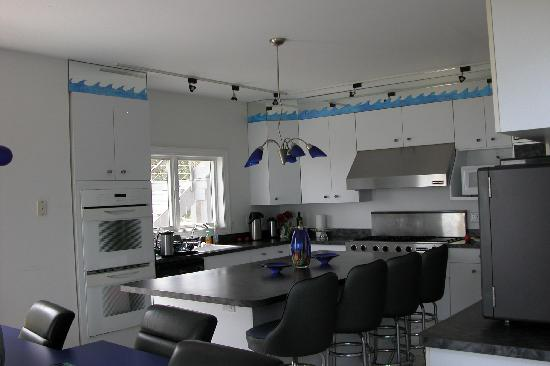 Sun and Surf Bed and Breakfast: View of kitchen