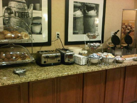 Hampton Inn &amp; Suites Burlington: Breakfast area